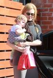Николь Кидман, фото 2014. Nicole Kidman and her daughters leaving a birthday party in Hollywood 2-5-12, foto 2014