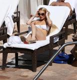 HQs - Lindsay Lohan - At The Sunset Marquis Pool Foto 2683 (Штаб-квартира - Линдси Лохан - На закате маркиза Бассейн Фото 2683)