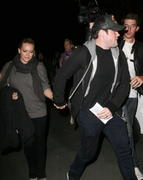 http://img269.imagevenue.com/loc516/th_212971595_Hilary_Duff_at_the_Coldplay_concert_in_Hollywood13_122_516lo.jpg