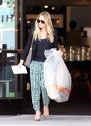 http://img269.imagevenue.com/loc523/th_991831625_Hilary_Duff_shopping_HD_Buttercup_Furniture31_122_523lo.JPG