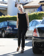 http://img269.imagevenue.com/loc557/th_57721_Gwen_Stefani_went_to_a_baby_shower_in_Orange_County2_122_557lo.jpg